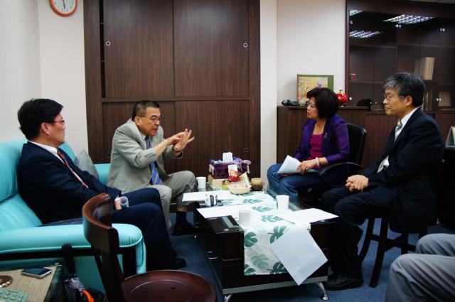 101年05月29日(星期二)中華民國藥師公會全國聯合會拜訪江惠貞立法委員,討論商談多重醫事人員相關事宜