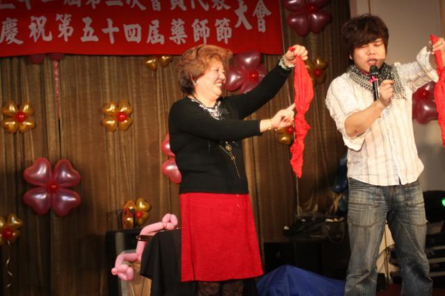 106 為了孫女的氣球,藥師自告奮勇上台表演