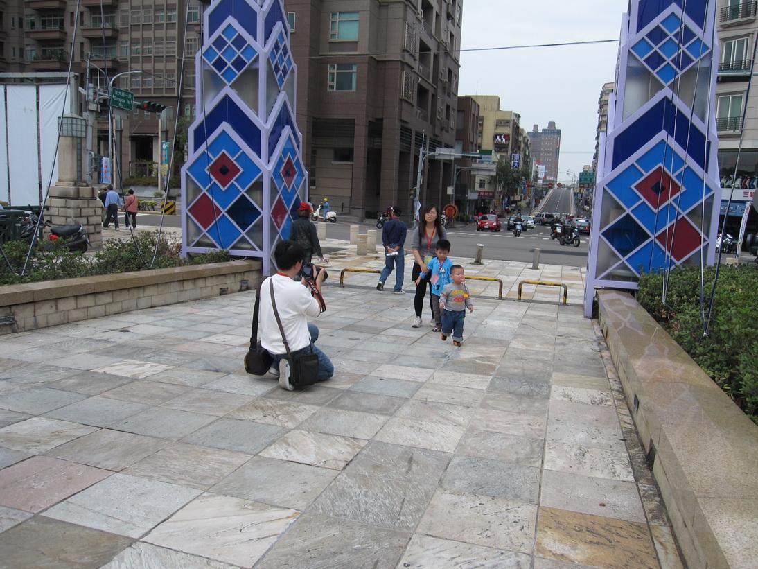 幫小朋友和博物館門前佇立的玻璃工藝品拍一張