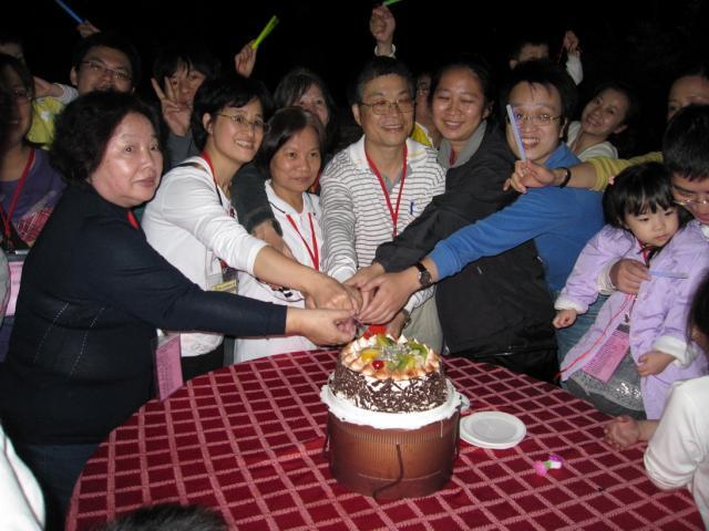 壽星們開心的切蛋糕