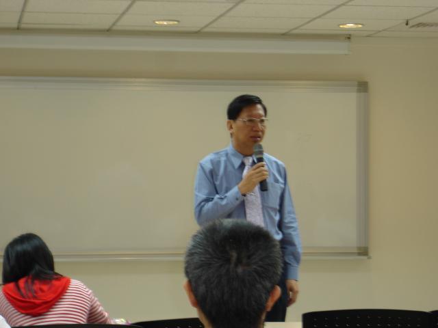 第一節課程由台北縣立醫院沈希哲院長為學們們帶來有關「養生之道」的課程