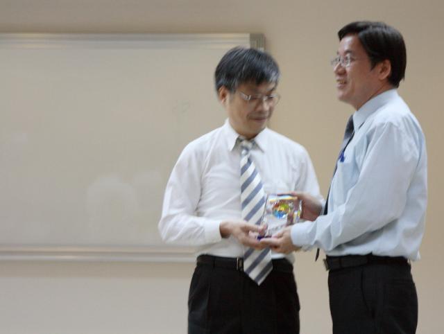 古博仁理事長頒贈獎盃,感謝台北縣立醫師的支持
