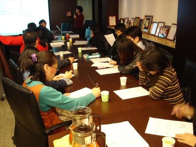 社區藥局用藥照護諮詢站成員們認真的聆聽並製做筆記