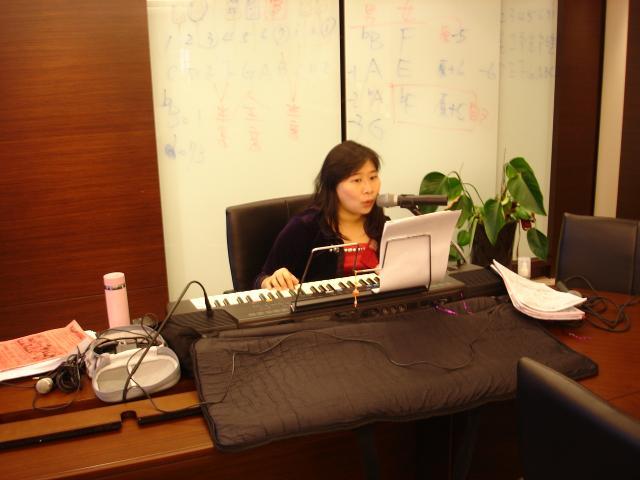 吳瞬華老師以帶動唱的方式,一句一句的教導學員