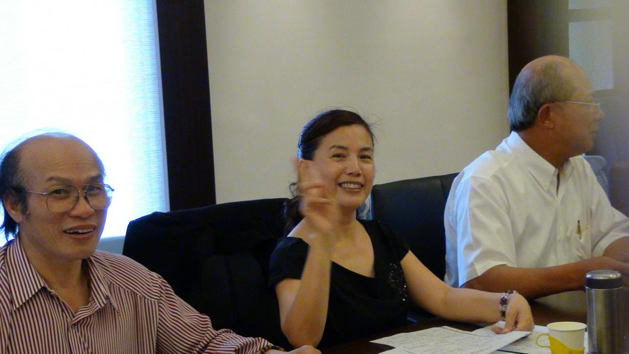 台北縣藥劑生公會洪裕貴常務監事與謝淑薇副主任委員開心的合照留念