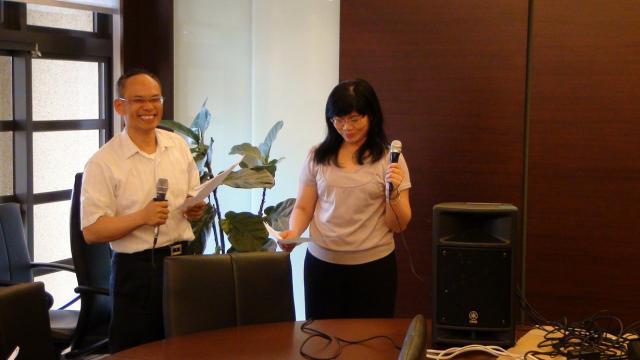 分組上台驗收時間 - 吳富祥副主任委員(圖左)與游月霞理事(圖右)進行合唱
