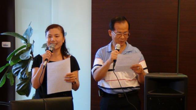 分組上台驗收時間 - 謝淑薇副主任委員(圖左)與洪文圈理事(圖右)進行合唱