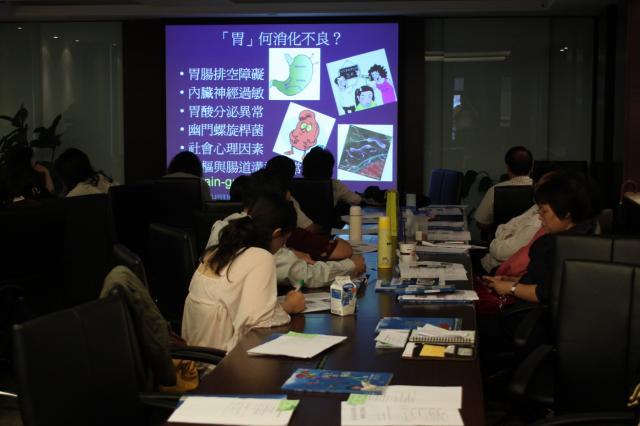 學員們透過電腦同步播放可以在小會議室中看到投影片內容並聽到老師的講解