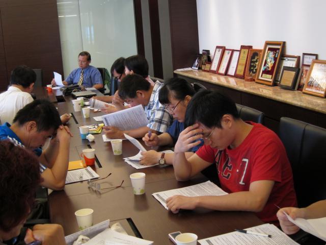 理監事們專心的看著議程上本年度第三季公會所舉辦的活動及會議