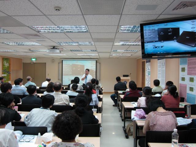 黃雋恩常務理事利用休息時間向會員們報告近期公會會務運作情形及藥界最新資訊