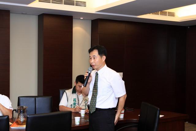新北市嘉南校友會許有杉理事長就本身參訪各國醫藥環境的所見所聞,說明目前台灣醫藥環境的不合理現像
