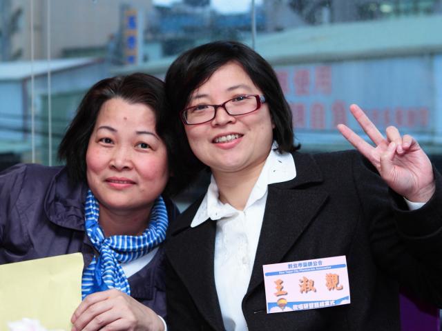 江惠美女士(圖左)與王淑觀副主任委員(圖右)合照留念