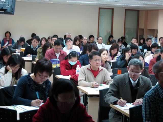 學員們針對課程中不懂以及重要的部份抄寫筆記