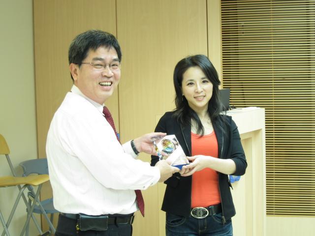 黃雋恩常務理事頒發獎盃予吳靜芬醫師,感謝吳醫師用心的授課及講解
