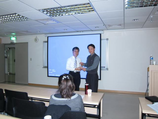 古博仁理事長頒發獎盃感謝林慶齡醫師,為學員們帶來糖尿病相關的最新資訊