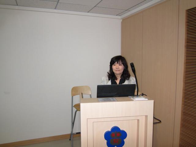 第二堂課由財團法人藥害救濟基金會遲蘭慧藥師進行演講,主題為「藥害救濟制度簡介與審議案例分享」、「台灣藥物安全監視與健康食品通報」