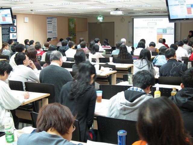 遲蘭慧藥師向學員們介紹行政院衛生署組織架構圖