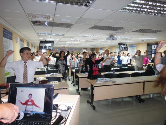 蔡詩力醫師於課程開始前先教導學員們進行暖身運動,提醒藥師們在忙碌工作之餘,切勿忘了自身的健康