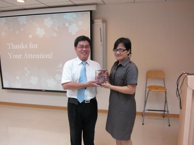 黃雋恩常務理事代表本會頒贈感謝盃予科達製藥廠陳美霞藥師,感謝陳藥師於課堂上仔細的說明,讓學員們獲益良多