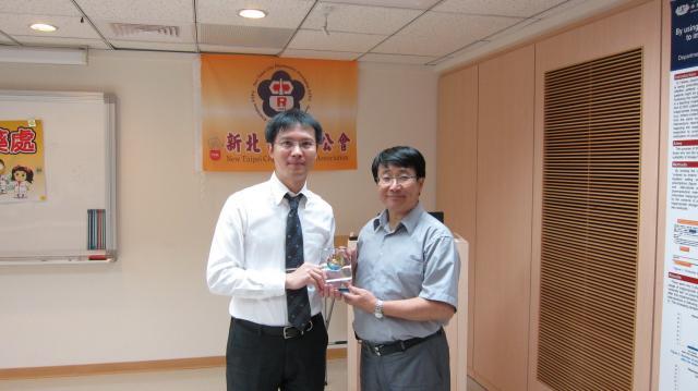 郭耀文主任委員代表本會頒贈感謝獎盃予張皓翔醫師