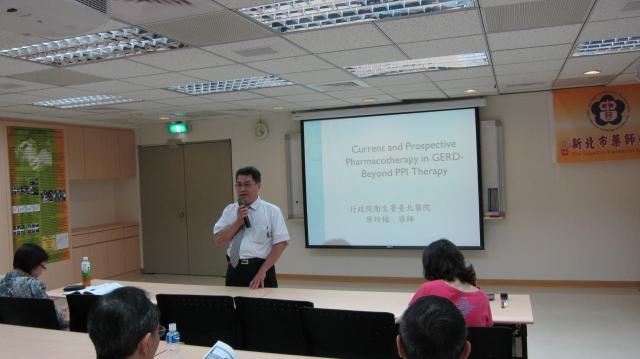 黃雋恩常務理事利用下課休息時間關心會員們
