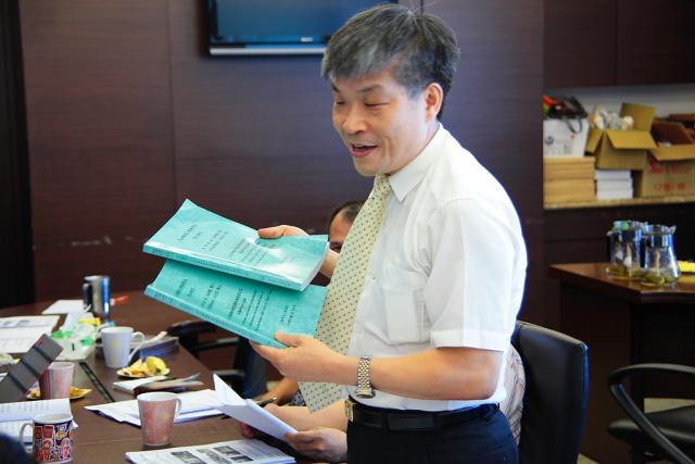 討論案:惠請增聘工讀生乙名協助處理會務(圖為古博仁理事長)