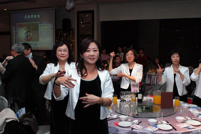 台灣藥師合唱團的成員們也跟著音樂一起律動