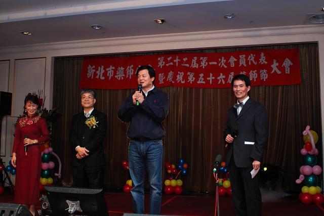 周錫瑋前縣長也到場關心新北市藥師公會的會員們,並向藥界的朋友們問好