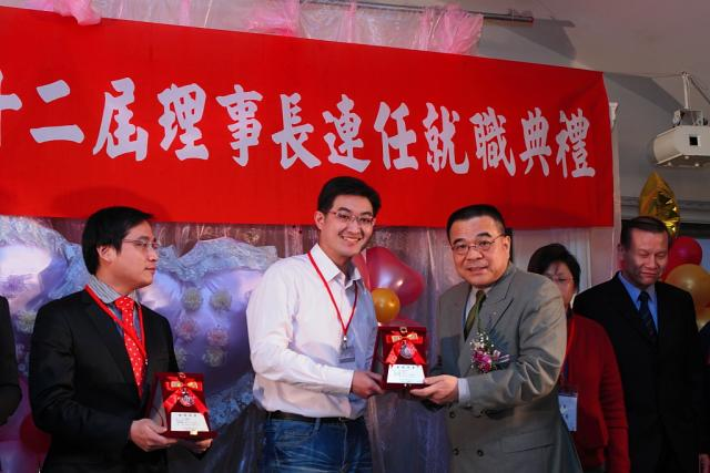 邀請台灣醫療品質促進聯盟連瑞猛理事長頒發當選證書予林高宏監事