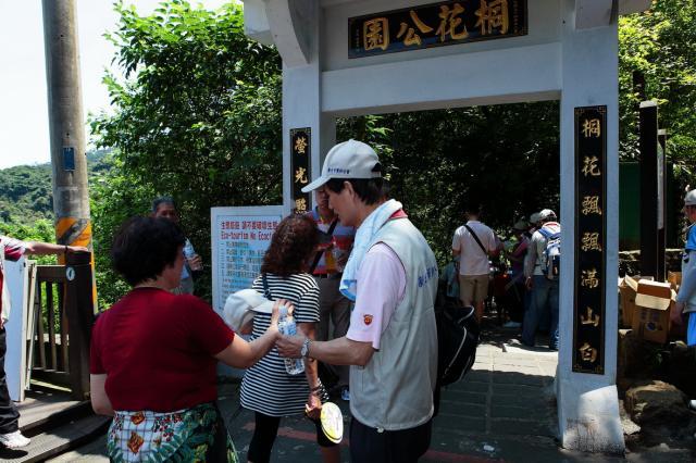 從捷運永寧站2號出口至桐花公園表演看台約1至1.5小時的路程
