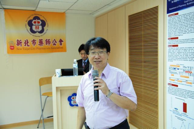 郭耀文主任委員提早抵達會場,與會員們共同參與課程