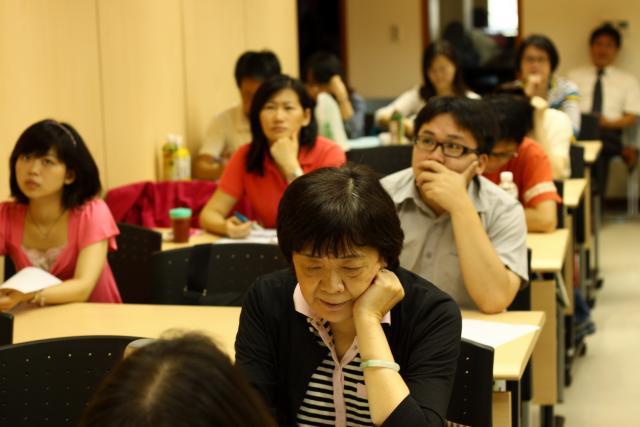學員們看著講義及投影畫面認真上課