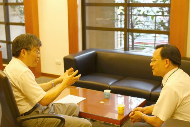 下課後古博仁理事長邀請謝仁智經理至理事長室就目前藥界環境交換寶貴意見