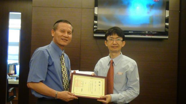 柯受祿常務監事頒發顧問証書予黃明洲音樂老師