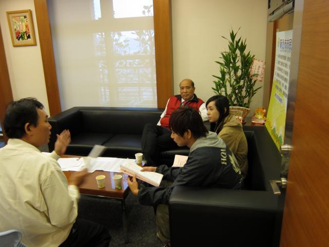 會議結束後,蘇榮智常務理事與工讀生洽談建立相關的觀念