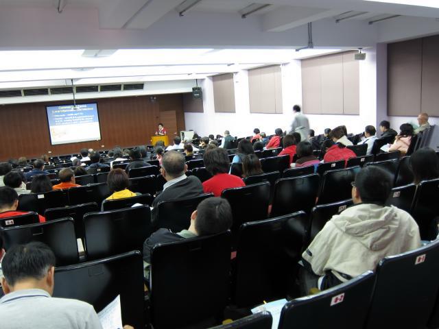 本日課程的第二位講師為亞東紀念醫院藥劑部王明賢總藥師,王藥師演講的主題為「常見的感染疾病」