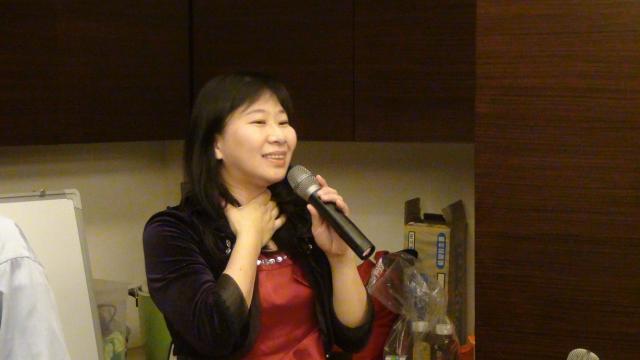 吳舜華老師認真教唱的模樣