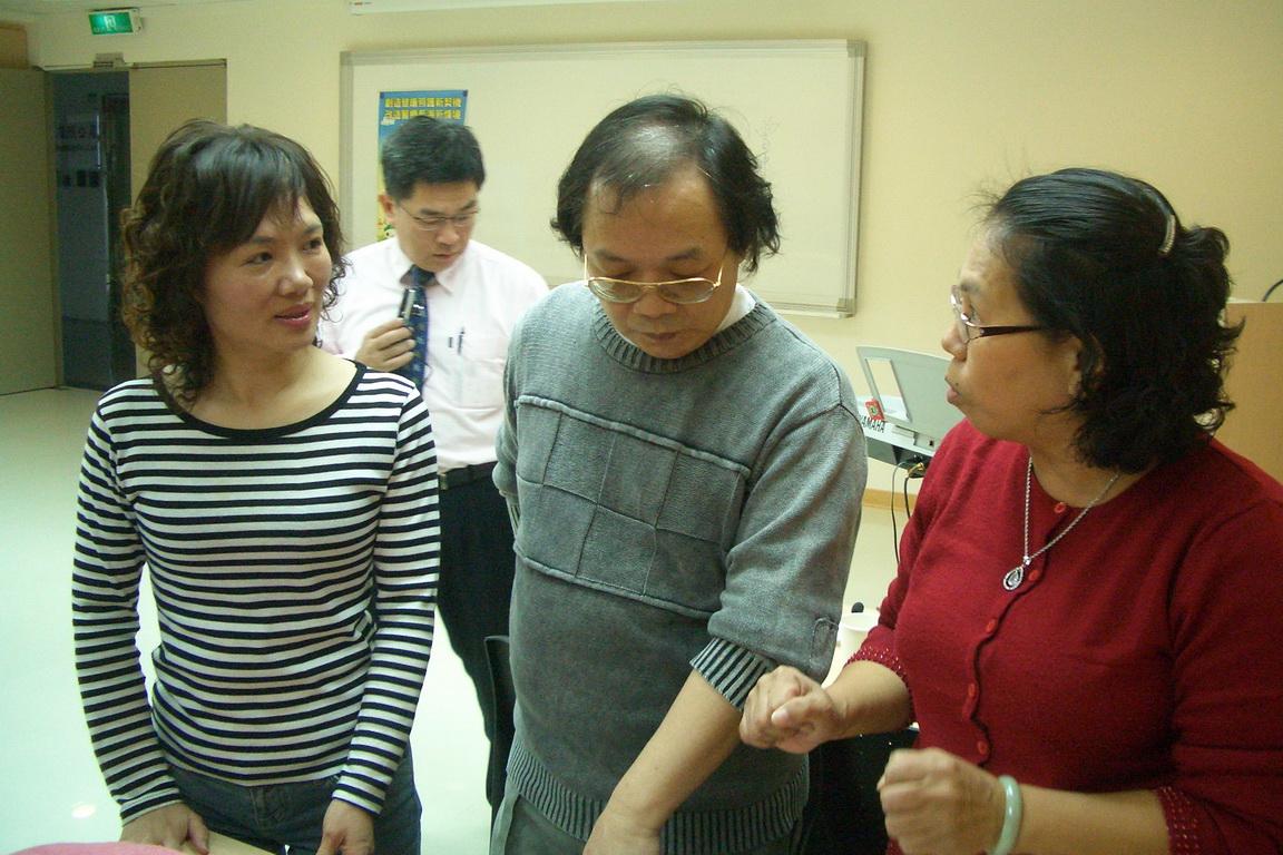 游丈樟主任委員和老師討論本次舞蹈的流程