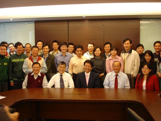 會議進行前,與會成員與幹部和照