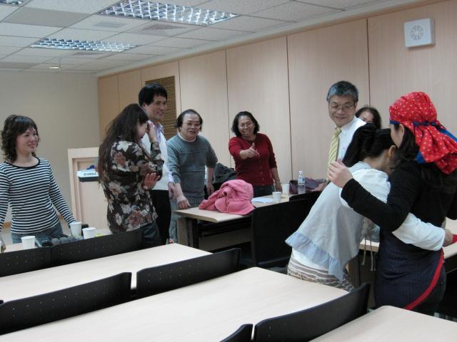 張秀妃顧問拿起絲巾幫李玉萍藥師設計造型