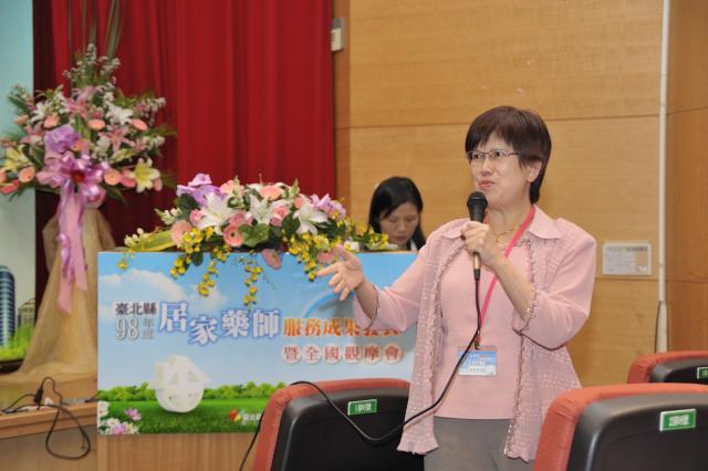 黃莉蓉理事上台回應臺北縣長期照護管理中心彭美琪主任的演講內容